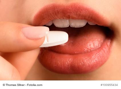 junge Frau bei der Einnahme von Medikamenten